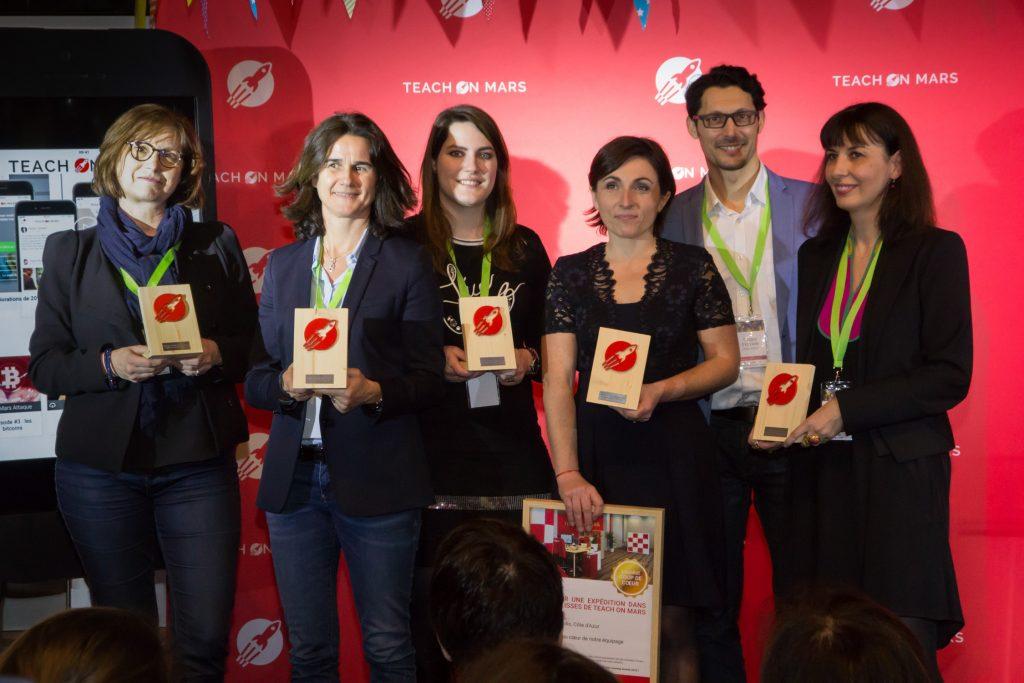 Les lauréats des Mobile Learning Awards avec leurs trophées, créés par Woodmorning